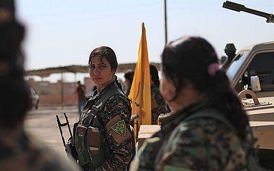 Integrantes das Unidades de Proteção às Mulheres (YPJ), parte do de forças democráticas da Síria reúnem-se na cidade de Shadadi.