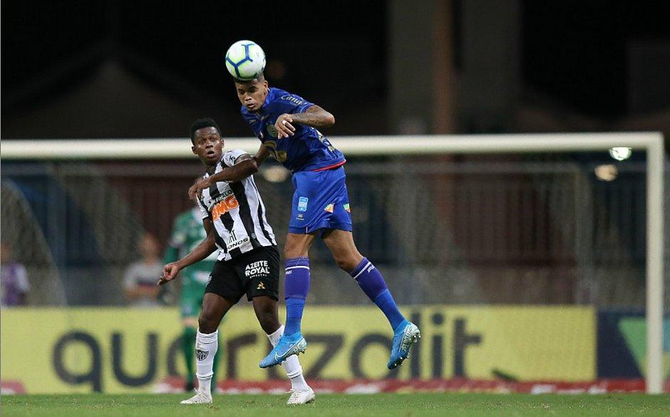 Juninho falhou e deu um presente para Cazares marcar o gol do Atlético-MG
