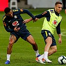 Arthur protege bola de Allan em treino da Seleção