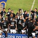 Guto Ferreira ergue a taça do Nordestão ao lado dos jogadores do Ceará