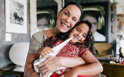 Filha de 5 anos de Carolina Ferraz sofre acidente doméstico: 'Muito sangue'