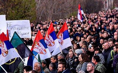 Protestos na aldeia de Rudare Mitrovica onde a maioria albanesa do Kossovo quer liderar o mercado sérvio.