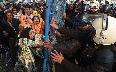 Partidários do líder da oposição Shahbaz Sharif que se encontra detido protestam em frente ao Tribunal de corrupção em Lahore, no Paquistão.