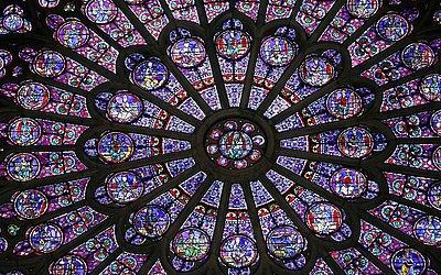 Vitrais de rosácea do lado norte da Catedral de Notre-Dame de Paris ficaram intactos, apesar do fogo.
