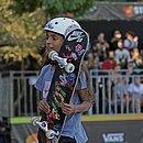 Rayssa Leal com seu brinquedo favorito, o skate
