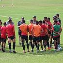 Comissão técnica do Vitória orienta jogadores antes do jogo contra o América-MG