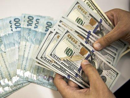 Dólar salta a R$ 5,53 com Petrobras, temor de ingerência em estatais e exterior