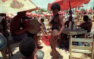 Música, dança e alegria na Praia de Piatã, em 1996