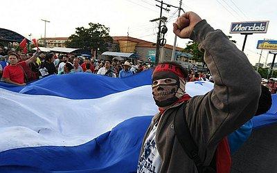 Eleitores do partido de oposição Libertad y Refundacion (LIBRE) protestam no aniversário da reeleição do presidente Juan Orlando Hernandez, em Tegucigalpa.