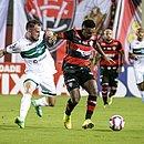 Willian Farias (esquerda) e Eron disputam a bola no Barradão