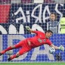 Luis Cardenas, goleiro do Monterrey, defende um pênalti