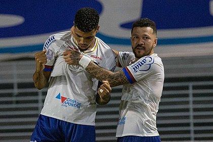 Juninho comemora com Rossi o gol marcado sobre o CSA, no Rei Pelé