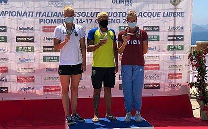 Ana Marcela (ao centro) conquistou a medalha de ouro