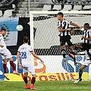Gilberto, de cabeça, marca o primeiro gol do Bahia no Engenhão