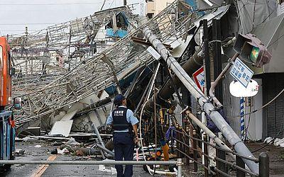 A passagem do tufão Joebi em Osaka danificou a fachada dos prédios, placas de trânsito e postes de retransmissão de telecomunicação. Este foi o mais forte tufão a atingir o Japão em 25 anos.