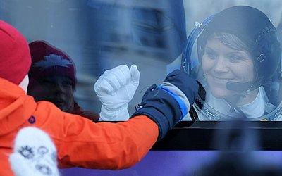 A astronauta da NASA Anne McClain, se dirige à nave Soyuz MS-11 pouco antes do lançamento no Cosmódromo de Baikonur no Cazaquistão.