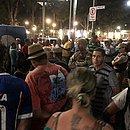 Populares cercam corpo de taxista no Campo Grande