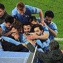 Jogadores do City comemoram a classificação com o técnico Pep Guardiola