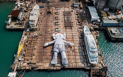 Escultura inflável 'KAWS: HOLIDAY' ' do artista e designer norte-americano Brian Donnelly, conhecido profissionalmente como Kaws, em um estaleiro em Hong Kong.