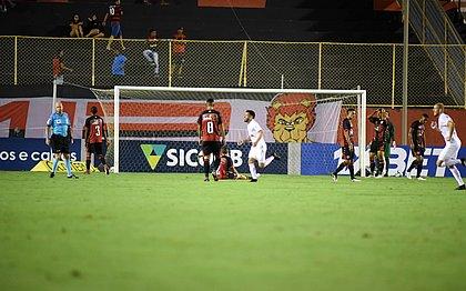 Jogadores do Bragantino comemoram segundo gol