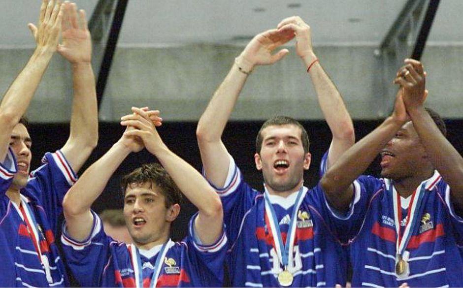 92fef85998f66 Zidane (terceiro da esquerda para a direita) era o craque francês em 1998  (DANIEL GARCIA   AFP)