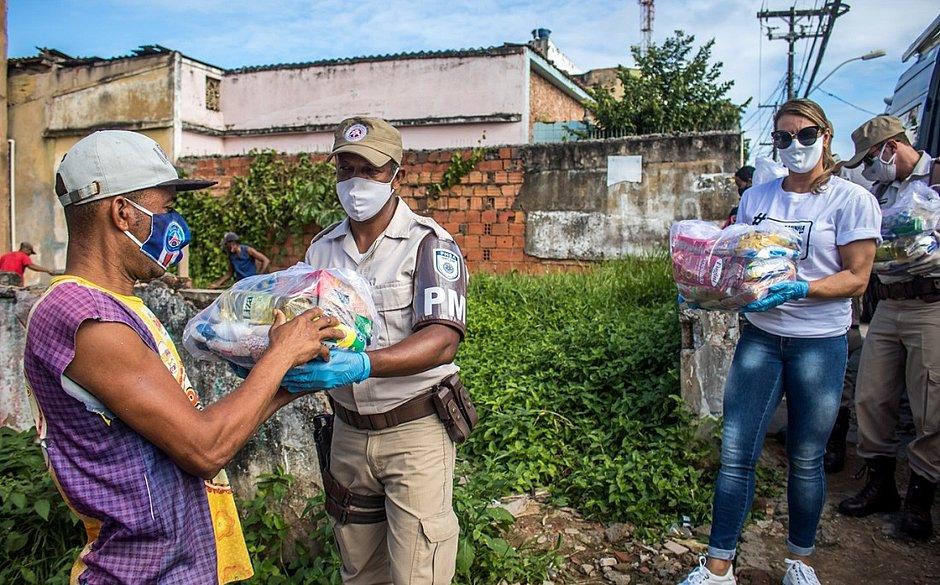 Arrecadadas com o São João no CORREIO, cestas básicas são distribuídas em Brotas
