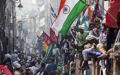 Mulçumanos da Índia desfilam em carros durante as celebrações do Eid-Milad-Un-Nabi em Varanasi, no estado indiano de Uttar Pradesh.