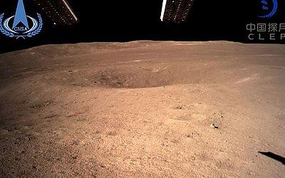 """Foto feita pela sonda Chang'e-4 e distribuída pela Administração Espacial Nacional da China, mostra o """"lado escuro"""" da lua."""