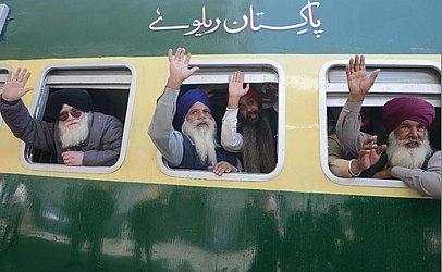 Peregrinos Sikhs embarcam num trem com destino ao Paquistão na estação ferroviária em Attari, a 35kms de Amritsar, com destino a Lahore celebrando o 549ª aniversário de nascimento de Guru Nanak Dev.