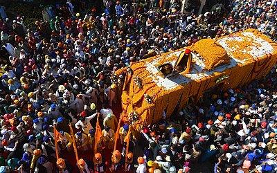 Peregrinos sikhs se reúnem em torno de Palki Sahib por ocasião do 549ª aniversário de nascimento do Guru Nanak Dev em Nankana Sahib, um distrito da província de Punjab em  Lahore.