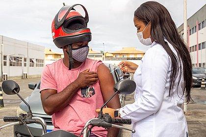 Vacinômetro: Bahia tem 71,4% da população adulta vacinada com ao menos uma dose
