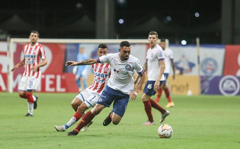 Gilberto em disputa de bola durante jogo do Bahia contra o Unión