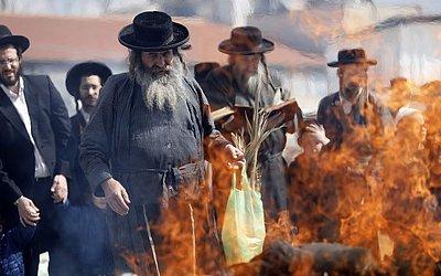 Judeus ultra-ortodoxos queimam itens fermentados durante o ritual de Biur Chametz em Jerusalém, na véspera do feriado judeu Pessach (Páscoa).