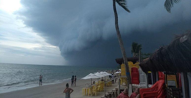 https://www.correio24horas.com.br/noticia/nid/chuvas-matam-4-pessoas-e-causam-estragos-na-bahia-20-cidades-declaram-emergencia/
