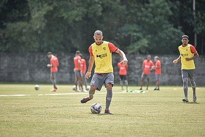 Diante do Brusque, João Victor vai ser titular pela primeira vez com o técnico Wagner Lopes