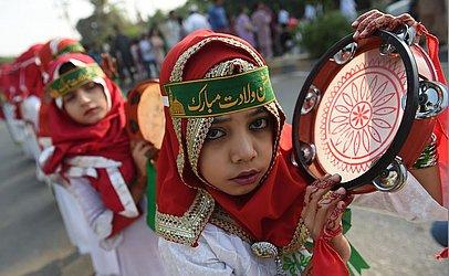 Mulçumanas do Paquistão desfilam durante o Eid Milad-un-Nabi, que marca o aniversário de nascimento do Profeta Muhammad, em Karachi.