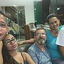 No sofá de casa, Guilherme Rend com a namorada Milena, o pai Tibor, a mãe Magali e o irmão Francisco