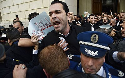 Advogados argelinos protestam na corte Sidi Mohamed na capital Algiers contra a quinta candidatura do  Presidente Abdelaziz Bouteflika.