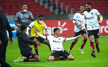 Autor do segundo gol do Vitória, Eduardo comemora