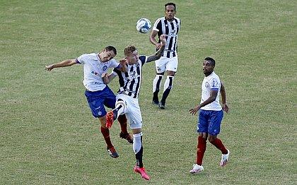 Rodriguinho disputa a bola com Charles, do Ceará
