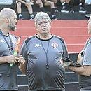 Geninho e comissão técnica do Vitória observam treino entre reservas e o sub-23