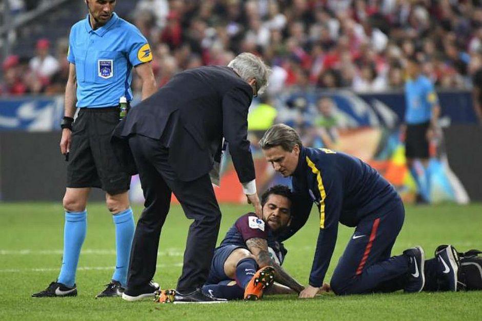 Resultado de imagem para Lesão grave pode tirar Daniel Alves da Copa do Mundo