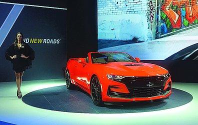 CHEVROLET CAMARO SS:  A Chevrolet vai lançar o Camaro atualizado no país. O SS é equipado com um propulsor 6.2 V8 que rende 461 cv de potência que é associado a uma nova transmissão de dez velocidades