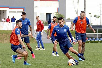 Rossi marca Flávio, com a bola, observados ao fundo por Juninho, Douglas, Arthur Caíke e Fernandão