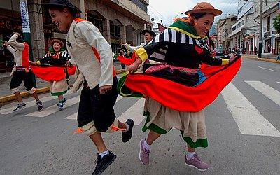 Dançarinos folclóricos celembram a Páscoa nas ruas da cidade de Huancayo a 350 quilômetros de Lima.