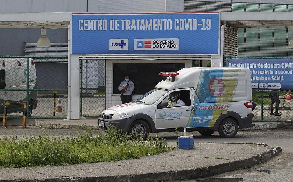 Ambulância de Candeias faz transferência de paciente para hospital de covid-19 em Salvador