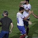 Marco Antônio cumprimenta Roger após empatar o jogo contra o Palmeiras