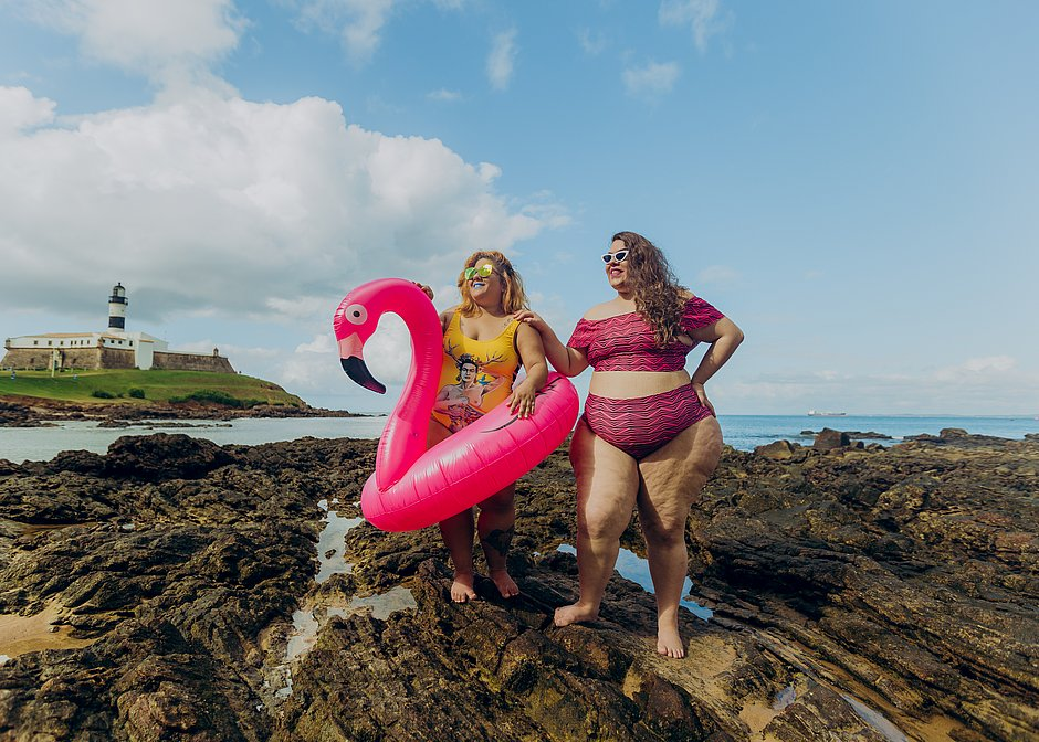 As influenciadoras Carla Galrão (@gordaroupa) e Naiana Ribeiro (@itsnaiana) vestem, respectivamente, Serpentines (R$ 129) e Sorella Moda Plus Size (R$ 105 o top e R$ 110 a parte de baixo)