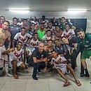 No vestiário do estádio Rei Pelé, elenco do Vitória comemora triunfo contra o CRB