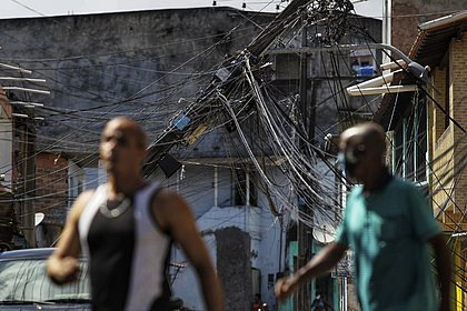 Poste cai e por pouco não atinge imóveis no Subúrbio; veja fotos